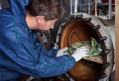 мастер подготавливает автоклав для формовки брейсов