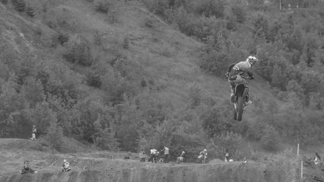 Прыжок на мотоцикле во время соревнований по мотокроссу